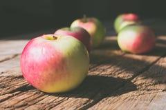 在木背景的苹果 库存照片