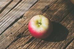 在木背景的苹果 图库摄影