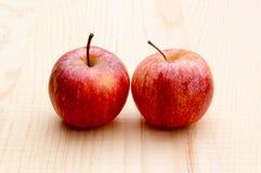 在木背景的苹果 库存图片