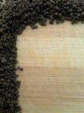 在木背景的茶边界 免版税库存照片
