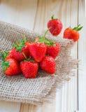 在木背景的草莓 库存图片