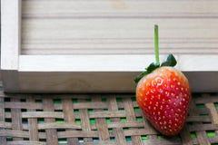 在木背景的草莓 库存照片