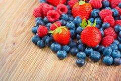 在木背景的莓果 免版税库存图片