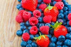 在木背景的莓果 免版税库存照片