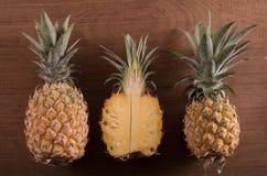 在木背景的菠萝 库存图片