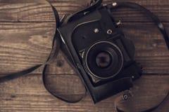 在木背景的葡萄酒模式照相机 顶视图 库存照片