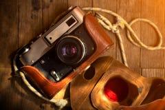 在木背景的葡萄酒照相机 特写镜头 免版税库存图片