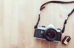 在木背景的葡萄酒照相机 免版税库存图片