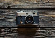 在木背景的葡萄酒照相机 图库摄影