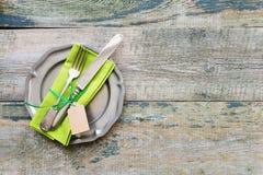 在木背景的葡萄酒碗筷 库存图片