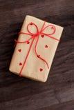 在木背景的葡萄酒箱子 免版税库存图片
