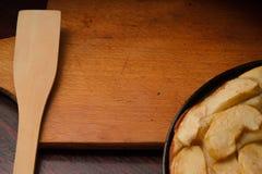 在木背景的葡萄酒老切板在苹果饼,文本的地方附近木土气背景的 库存照片