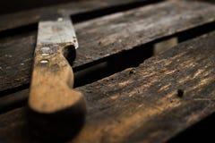 在木背景的葡萄酒老生锈的刀子 库存图片