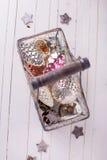 在木背景的葡萄酒装饰 免版税库存照片