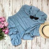 在木背景的蓝色女衬衫 库存图片