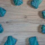 在木背景的蓝色毛纱 免版税库存图片