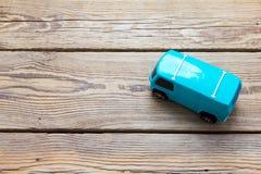 在木背景的蓝色玩具公共汽车 库存照片