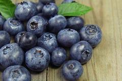 在木背景的蓝莓 库存照片