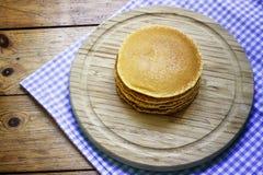 在木背景的薄煎饼早餐 免版税库存照片