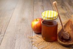 在木背景的蜂蜜瓶子 犹太Rosh hashana (新年)假日 库存图片
