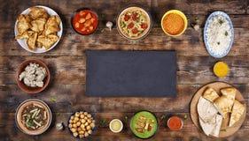 在木背景的被分类的印地安食物 印地安烹调盘和开胃菜  免版税库存照片