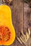 在木背景的被对分的南瓜 免版税图库摄影