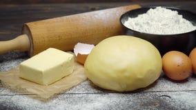 在木背景的被展开的和未成熟的酥皮糕点糕点面团食谱 影视素材