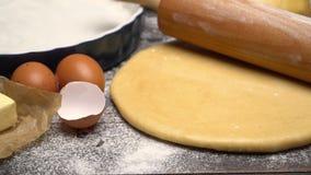 在木背景的被展开的和未成熟的酥皮糕点糕点面团食谱 股票录像