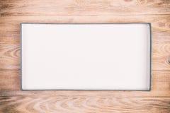 在木背景的被打开的纸板箱 葡萄酒,被定调子的顶视图 免版税图库摄影