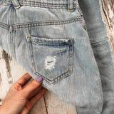 在木背景的被撕毁的牛仔裤口袋 免版税库存照片