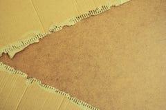 在木背景的被撕毁的纸板纹理 免版税图库摄影