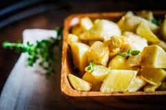 在木背景的被烘烤的土豆 图库摄影