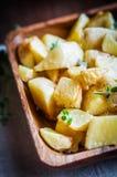 在木背景的被烘烤的土豆 免版税库存图片
