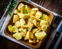 在木背景的被烘烤的土豆 库存图片