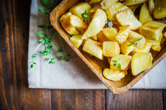 在木背景的被烘烤的土豆 库存照片