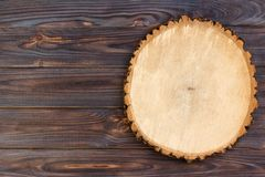 在木背景的被锯的木头 顶视图,自由空间,文本的空间 免版税库存照片