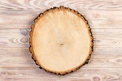 在木背景的被锯的木头 顶视图,自由空间,文本的空间 图库摄影