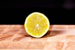 在木背景的裁减柑橘 免版税库存照片