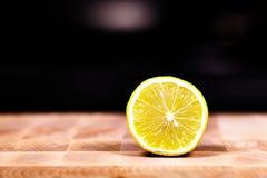 在木背景的裁减柑橘 库存照片