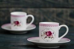 在木背景的装饰五颜六色的瓷咖啡具 库存照片