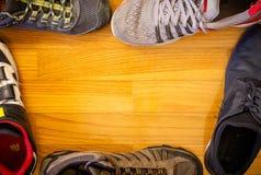 在木背景的运动的鞋子 免版税库存照片