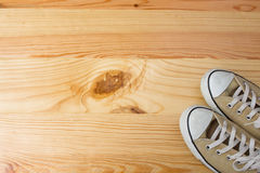 在木背景的运动鞋 库存图片