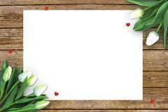 在木背景的郁金香与消息的空间 母亲` s天背景 在土气桌上的花3月8日 免版税库存图片