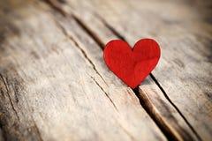 在木背景的重点 爱和情人节概念 免版税库存图片