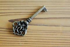 在木背景的金属钥匙在古色古香的神色 免版税图库摄影