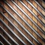 在木背景的金属 免版税库存照片