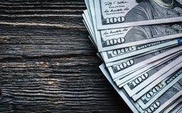 在木背景的金钱 全部100美元,企业构成 库存图片