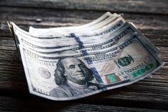 在木背景的金钱 全部100美元,企业构成 免版税库存照片