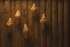 在木背景的金黄新月形面包 库存图片