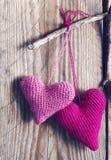 在木背景的钩针编织桃红色心脏 库存图片